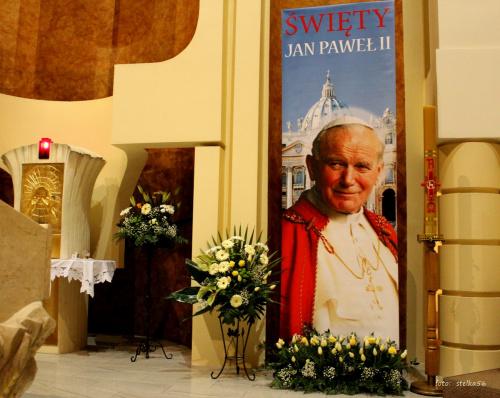 dzisiaj 27.04.2014 przeżywamy uroczystość kanonizacji Jana Pawła II i przy tej okazji w naszym kościele mamy możliwość uczczenia Jego relikwii ... #bukiety #prezbiterium