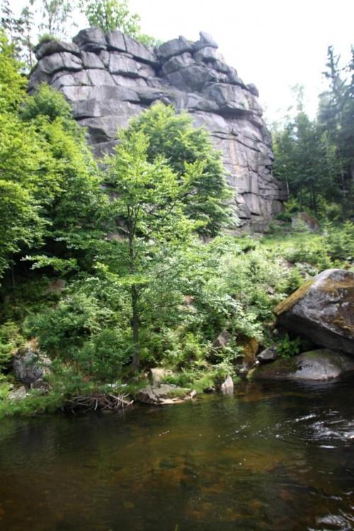 Krucze Skały i rzeka Kamienna w Szklarskiej Porębie. na wysokości 718 m n.p.m