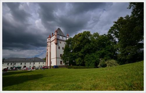 Jeszcze zaległe , przedurlopowe zjęcie przedstawiające - Pałac Hradec nad Moravicí. Na zdjęciu widać Białą wieżę, którą sfotografowałam, jak na ułamek sekundy raczyło wyjść słonko. Jest jeszcz czerwona część pałacu, zagodpodarowana obecnie na hotel i r...