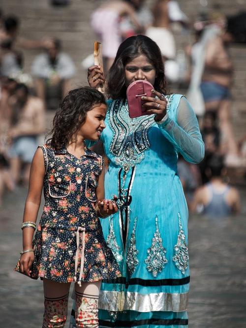 Gdziekolwiek na świecie, kobieta musi być w posiadaniu drobiazgów:) #Indie #kultura #ludzie