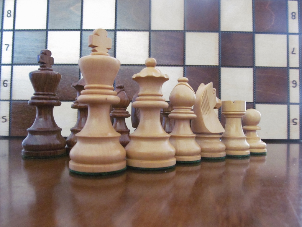 Brand New German Knight sheesham//boxwood weighted wooden chess pieces set.