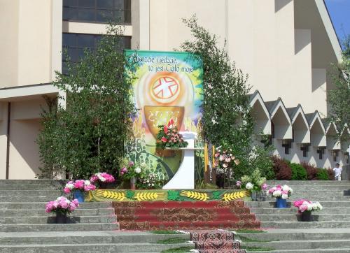 BOŻE CIAŁO ... w tym roku, na moim osiedlu ... #BożeCiało #kwiaty #ołtarze #święto