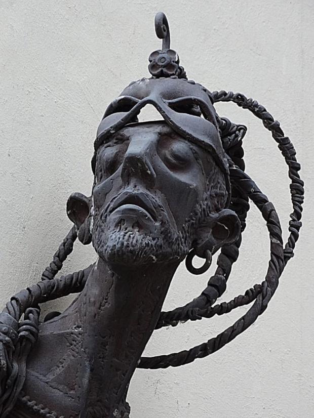 Rzeźba Vahana Bego, ormiańskiego artysty, przy budynku ratusza w Jeleniej Górze. Rzeźba ma przypominać, że to w Jeleniej Górze narodziła się idea polskich festiwali teatrów ulicznych.